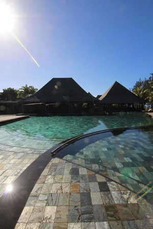 Heritage Awali Golf & Spa Resort : Pool and bar, although it is vital to find shade!