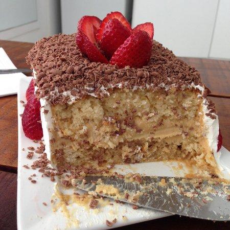 Serena Hotel Boutique Buzios : Bolo de aniversário doce de leite argentino - cortesia