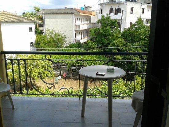 Hotel Omiros: под окном хозяйственный блок для персонала