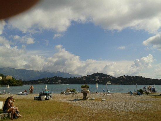 Hotel Omiros: пляж галечный городской вода грязная с черным илом