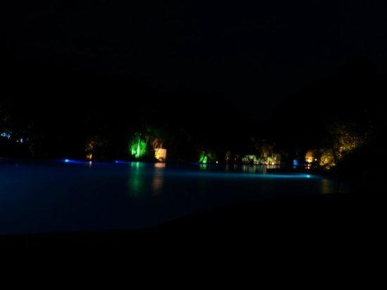 Grand Sirenis Riviera Maya Resort & Spa : Pool at night