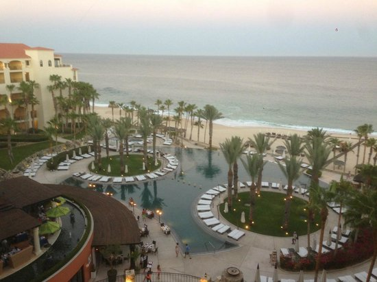 Hilton Los Cabos Beach & Golf Resort: Dusk at the pool
