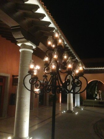Hilton Los Cabos Beach & Golf Resort : Lanterns in main courtyard