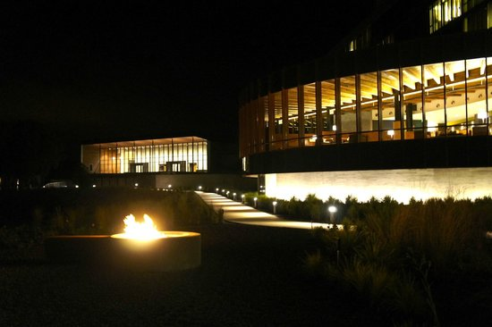 Streamsong Resort: Evening fire pits outside of the lobby