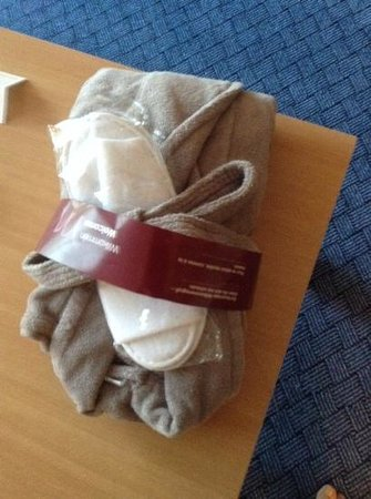 Mercure Hotel Frankfurt Airport Dreieich: bathroom robe provided with suite