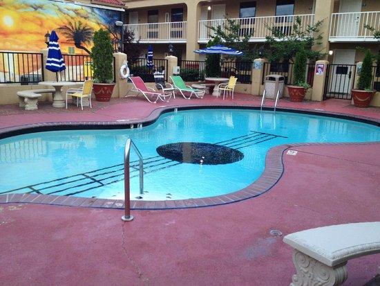 Days Inn Memphis at Graceland: The guitar-shaped pool