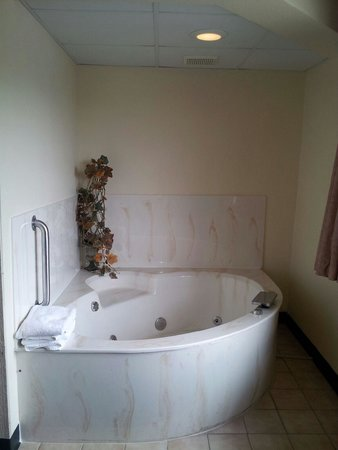 Boarders Inn and Suites Wautoma, WI: In Room Whirlpool