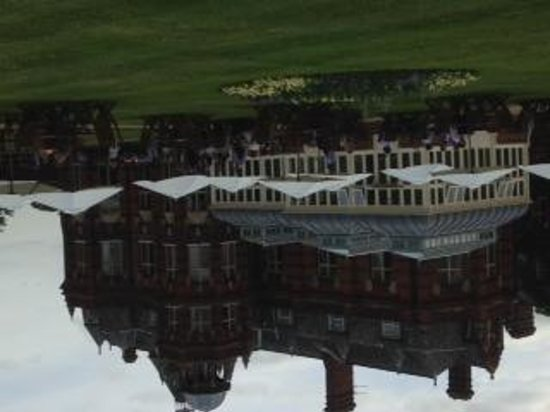 The Elvetham : Drinks on the lawn