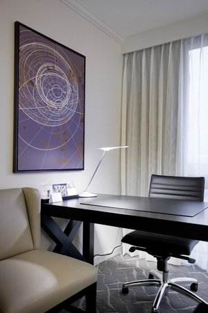 Hyatt Regency Birmingham - The Wynfrey Hotel: Guest Room Work Area