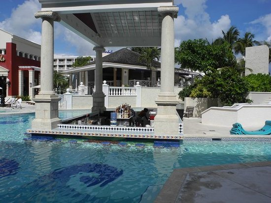Sandals Royal Bahamian Spa Resort & Offshore Island: One of the pool swim up bars