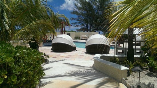 Sandals Royal Bahamian Spa Resort & Offshore Island: Cabanas and pool area on off shore island