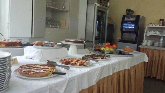 Hotel Plaza: Uno dei tavoli della colazione