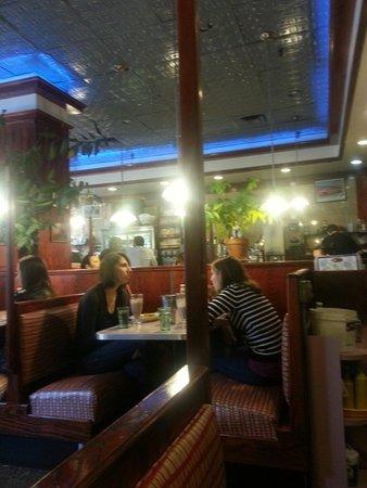 Tom's Restaurant : Interior de Tom's..fries con huevo y tocino. Era una porcion enorme a las 9.30!