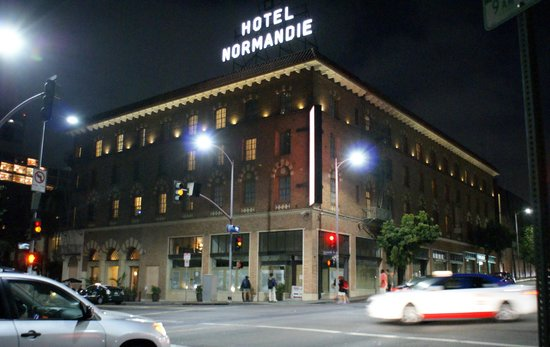 Hotel Normandie: Hotel at night