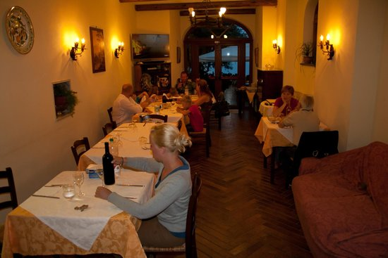 Agriturismo Antico Casale Colli di San Pietro: the dining room with the very fresh food en the home made wines