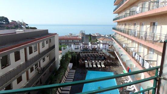 Sun Village : vue depuis notre chambre surla pisicine haute et la mer
