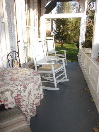 Woolverton Inn: Porch