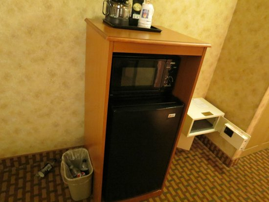 Comfort Inn Beckley: Fridge/Microwave/ Coffee and safe that was available