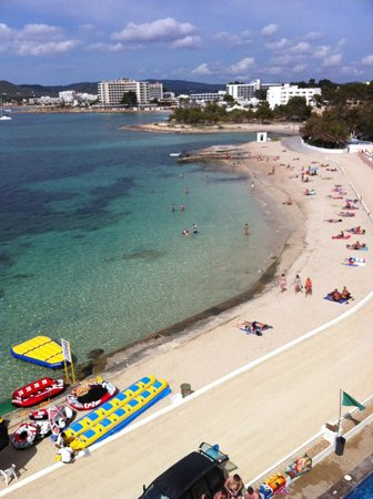 Hotel Playasol San Remo : Very safe swimming beach with nice clean white sand.