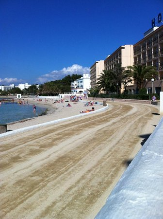 Hotel Playasol San Remo : Beach had just been cleaned ..hence the rough sandy look ..was back to normal in about 1 hour.