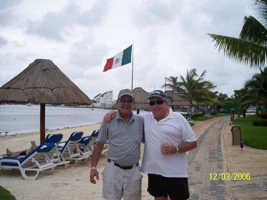 Hacienda Tres Rios: Mexican Flag in Hotel Zone