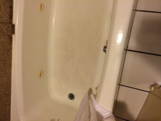 Country Inn & Suites by Radisson, Williamsburg East (Busch Gardens), VA: stained tub floor