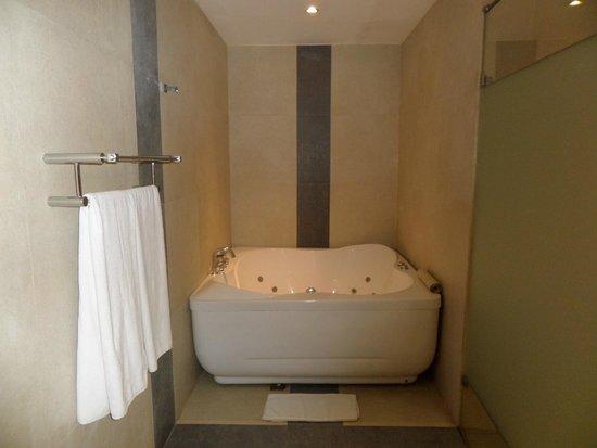 Hotel Thilanka: JACUZZI in our Bathroom