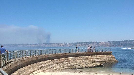 La Jolla Cove : Wild fire in background