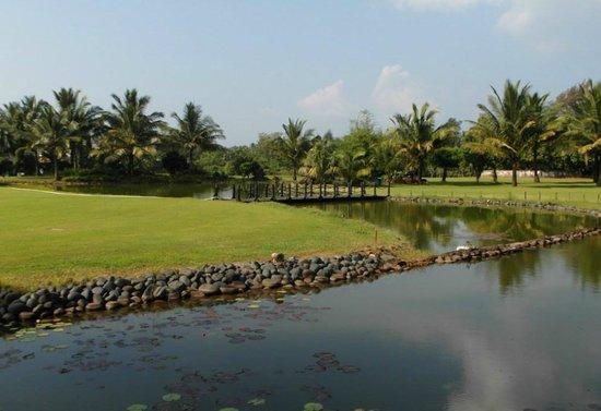 The LaLiT Golf & Spa Resort Goa: отель....поле для гольфа