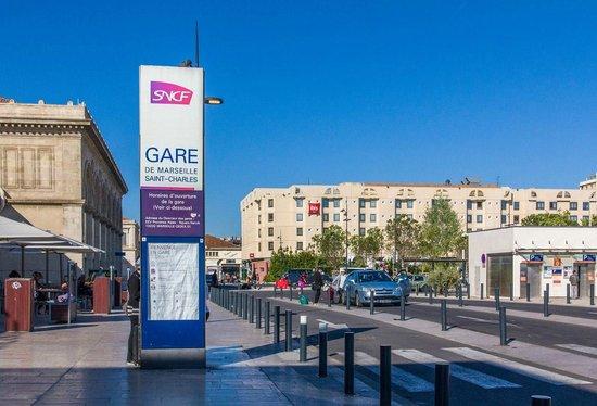 Ibis Marseille Centre Gare Saint Charles : Vista Hotel desde la Estación