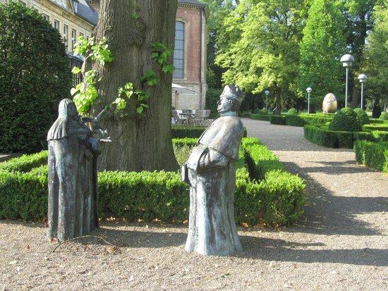 Chateau St. Gerlach: aanzienlijk aantal beelden in de tuin