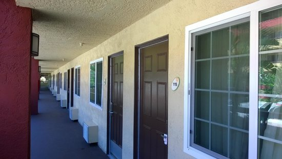 La Quinta Inn & Suites San Diego SeaWorld/Zoo Area: Well kept grounds, paint refreshed