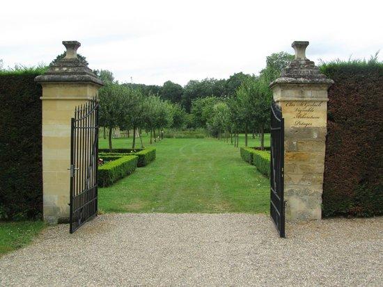 Landschapstuin vanuit de tuin kun je de wandelpaden op picture of chateau st gerlach - Outs allee tuin ...