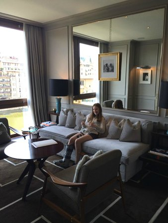 Portrait Firenze: The living room of a suite