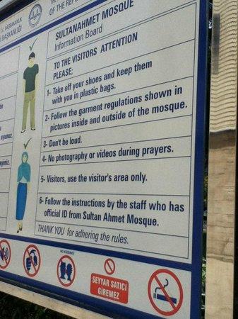 Mosquée Bleue (Sultan Ahmet Camii) : Aviso com regras para entrar na Mesquita Azul