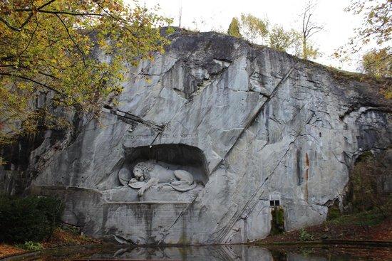 Monumento al león de Lucerna: Осень
