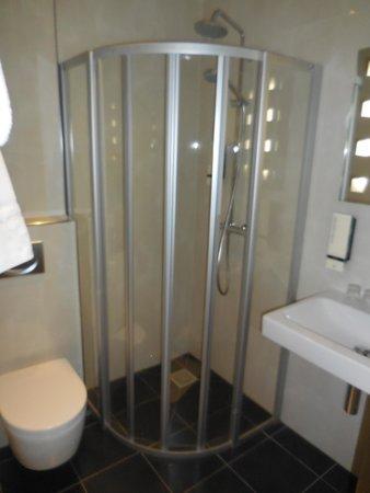 Hotel Cordial: Dusche/WC auf den neuesten Stand und sehr sauber!