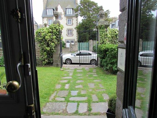 Le Valmarin : Voorzijde Hotel zicht vanuit receptie