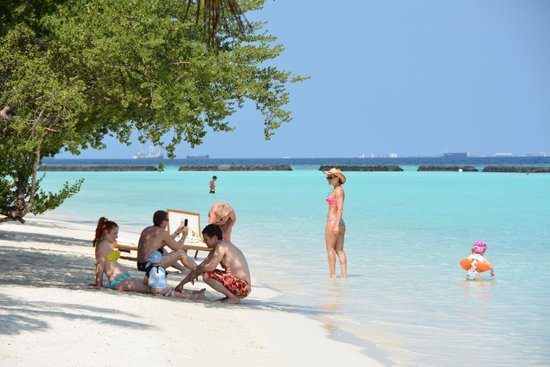 Kurumba Maldives: Отдых с детьми: заход в воду на пляже
