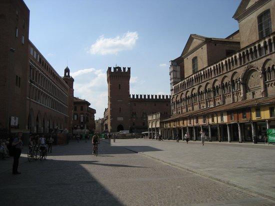 Hotel Annunziata: Piazza Trento-Trieste & shops, Ferrara