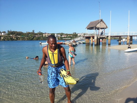 Mnarani Club & Spa: snorkeling at the beach