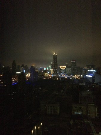 Jin Jiang Tower Hotel: Night time view from room on 21st floor