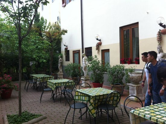Hostel Archi Rossi: Courtyard facing the hotel