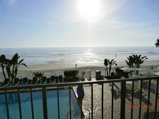 Days Inn Daytona Oceanfront: Sun rise from balcony