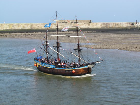 Whitby Harbour: Sailing in the harbour.