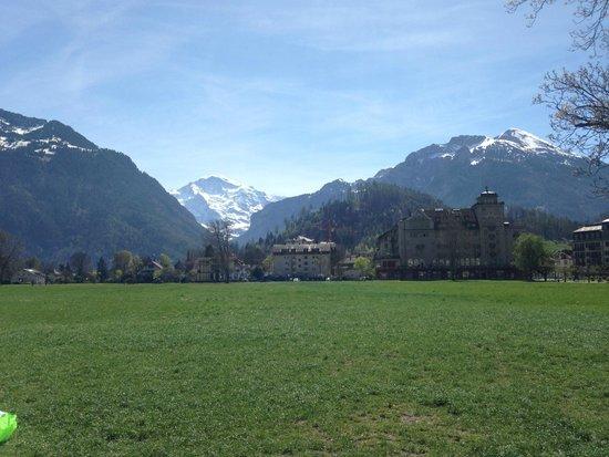 Victoria Jungfrau Grand Hotel & Spa: Площадка для кайт(?)серфинга перед отелем