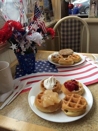 Best Western El Rancho: lovely waffles for breakfast with various fruit