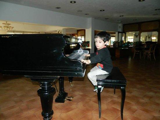 Hotel Del Lago Golf & Art Resort: Tocando el piano antes de cenar