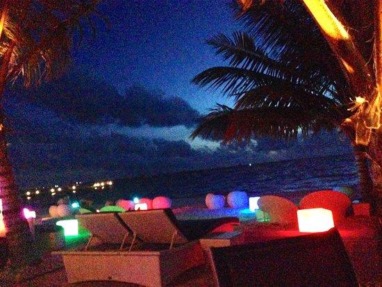 Meeru Island Resort & Spa : Dhoni Bar in the evening