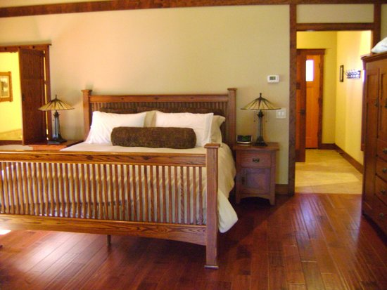 Five Pine Lodge & Spa: The bedroom in Sparks Cabin.